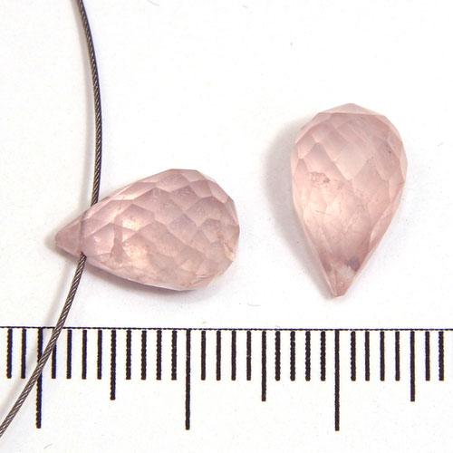 Toppborrad facetterad droppe i rosenkvarts c:a 13 x 8 mm
