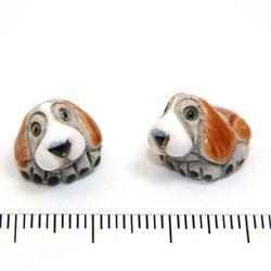 Grå och brun hund i keramik c:a 12 mm - Utgående vara