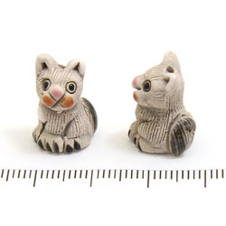 Grå katt i keramik c:a 19 x 14 mm