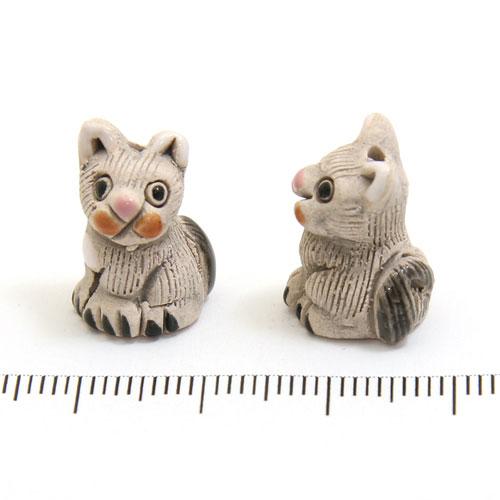 Grå katt i keramik c:a 19 x 14 mm - Utgående vara
